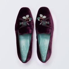 Käsintehty Espanjassa, ylempi sametti, kirjailtu lintu yläosassa, nahkaa, pohjallinen synteettistä kumia (thunit), toimitetaan puuvillapölypussilla ja yksinomainen kenkälaatikko.