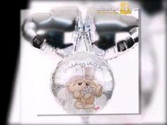 Dieses Ballonbukett lässt die beiden Herzen des Brautpaares höher schweben. Zwei silberne Herzballons bilden den passenden Rahmen, wo inmitten ein runder Ballon mit zwei Hochzeitsbärchen schwebt. Als ideale Ergänzung bieten wir Ihnen auch die passenden Grußkarten zur Hochzeit.