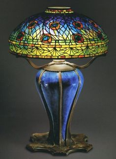 Lampara de mesa de plumas de pavo real. Louis Comfort Tiffan