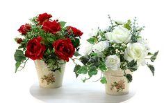 光触媒造花のフラワーアレンジ Flower FRENCH R&W 2色セット 【感謝セール】5800円 → 3000円 。ゴージャスなバラのフレンチスタイルのお買い得2点セットです。バラの挿絵の入ったアンティークのようなブリキポットを、ゴージャスでボリュームたっぷりのローズで彩りました。赤いバラには、バラ、ミニバラ、ベリー、アイビー、ファーンを。白いバラには、バラ、ミニバラ、ベリー、ユーカリ、斑入りアイビー。ひとつひとつ 本物に負けない魅力を放つアレンジに仕上がりま�%8