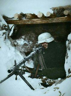 Soldado alemão com uma MG-34 em época de inverno na Rússia, provavelmente em 1942.