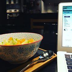Copywriters cannot live off coffee alone (although some days it may seem like it) #freelancelife #vivasarakaffee #kortrijk #mydeskiswhereiam #copywriting #blogging #storytelling