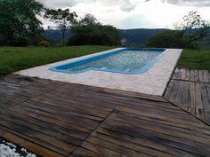 Deck de madera Pacará. Efecto piscina infinita por que baja la montaña.