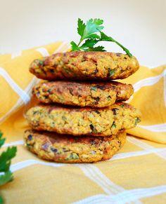Mancarea vegana sau de post nu e musai sa se rezume doar la fasole batuta si zacusca. Aseara am facut chiftele dinlinte si naut care au iesit foarte bune, satioase si mult mai sanatoase fata de cele cumparate, mai ales ca sunt pregatite la cuptorsi nu prajite. Astfelsunt mai dieteticesi mai usor de digerat. Este … Baby Food Recipes, Vegan Recipes, Tasty, Yummy Food, Tandoori Chicken, Salmon Burgers, Shrimp, Hamburger, Appetizers