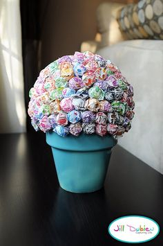 Lollipop Tree made with a plant pot, styrofoam ball and bag of dum dums. Just place the styrofoam ball in the plant pot and stick the lollipops in, keeping them close together. Lollipop Centerpiece, Lollipop Tree, Lollipop Bouquet, Birthday Centerpieces, Candy Bouquet, Lollipop Party, Table Centerpieces, Centerpiece Ideas, Table Decorations