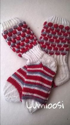 Lumioosi: Kuplasukka ohje Wool Socks, Knitting Socks, Hand Knitting, Mitten Gloves, Mittens, Silly Socks, Knit Stockings, Sock Yarn, Knitting Projects