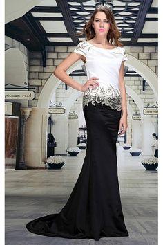 Společenské šaty Laura Luxusní šaty vhodné na plesy, večírky a jiné společenské události, které si vaši pozornost určitě zaslouží. Dlouhé plesové šaty v dokonalé kombinace bílá - černá - zlatá. Bílá vrchní část zdobená zlatou aplikací na ramenou i ve spodní části, kde tvoří přechod do černé sukně, která je vzadu prodloužená v kratší vlečku. Příjemný satén a střih šatů skvěle padne.