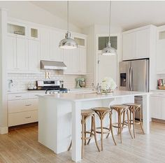 Kitchen - smaller corner pantry