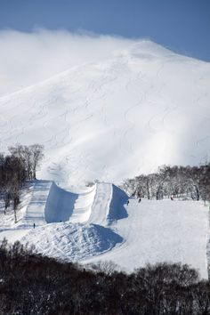 A half pipe amongst Hanazono's terrain. Stations De Ski, Snow Mountain, Japan Travel, Winter Wonderland, Places Ive Been, The Good Place, Skiing, Seasons, Amazing Places