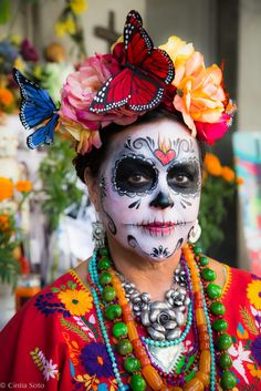 """The most popular representation for Day of the Dead is """"La Catrina"""". The art was created by mexican artist José Guadalupe Posada and it was inspired by the goddess Mictecacíhuatl. Sugar Skull Face, Sugar Skull Makeup, Sugar Skulls, Candy Skulls, Fall Halloween, Halloween Makeup, Mexican Halloween, Witch Makeup, Halloween Foods"""