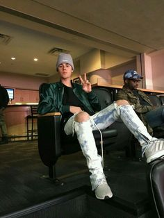 Justin Bieber Attends Denver Nuggets Game In Hotel 1171 Jacket, Fear of God Jeans And Adidas Sneakers Moda Justin Bieber, Justin Bieber Images, Justin Bieber Style, Justin Bieber Wallpaper, Estilo Selena Gomez, Justin Hailey, Bae, Look Cool, Beautiful Men