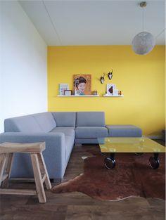 Gele wand in het huis van blogger Leonie Koenders