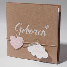 Modern vierkant geboortekaartje van bruin eco karton met off white inlegvel. Op de voorzijde staat 'geboren' en voorzien van wolkje, labeltje en touwtje. Prijs vanaf € 1,51