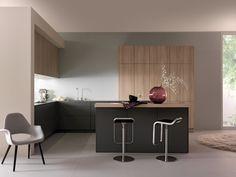 Wildhagen | Strakke moderne  U-vormige keuken met kastenwand en heldere verlichting. www.wildhagen.nl #designkeuken