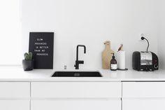 Kotimme on ollut aina hyvin vaalea ilmeeltään. Tässä kodissa vaaleus pääsee entisestään oikeuksiinsa korkeiden tilojen, isojen ikkunoiden ja vaaleiden pintojen ansiosta. Sisustustrendinä on nyt voi… Kitchen Furniture, Kitchen Interior, Kitchen Design, Nordic Interior Design, Scandinavian Living, Cool Kitchens, Interior Inspiration, Sweet Home, New Homes