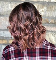 The rose brown hair color offers a multidimensional and prismatic way of revamping your tired locks. These 23 rose brown hair colors will help you choose the style that will best match your personality. Gold Hair Colors, Ombre Hair Color, Cool Hair Color, Brown Hair Colors, Brown Hair Rose Gold Highlights, Short Hair Colors, Hair Color 2018, Rose Gold Balayage Brunettes, Hair Colours