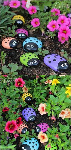 Peignez les galets de couleurs différentes pour vraiment embellir vos parterres de fleurs.
