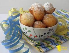 Castagnole alla ricotta (ricetta di Carnevale). Ingredienti per circa 40 castagnole alla ricotta: ◾2 uova ◾150 g di ricotta ◾80 g di zucchero semolato ◾150 g di farina  ◾½ bustina di lievito per dolci (per la versione senza glutine ho usato Pedon) ◾Un pizzico sale ◾Scorza di ½ limone ◾2 cucchiai di rum (potete sostituirlo con il latte) ◾Abbondante olio di arachide per friggere ◾Per guarnire: zucchero a velo qb (per la versione senza glutine io ho usato quello Pedon)