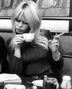 Instagram Brigitte Bardot, Bridget Bardot, Jean Luc Godard, Women Smoking, Photo Instagram, Fashion Pictures, Vintage Fashion, Vintage Style, Film