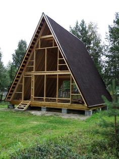 Build a shed on a weekend - Plans - - Me encanta Build a Shed on a Weekend - Our plans include complete step-by-step details. If you are a first time builder trying to figure out how to build a shed, you are in the right place! Tiny House Cabin, Tiny House Design, Cabin Homes, Log Homes, A Frame Cabin Plans, Triangle House, Cabins And Cottages, Building A Shed, Shed Plans