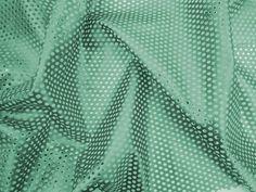 Couro Metalizado Tela, loja online de tecidos (Verde). Couro ecológico com efeito metalizado suave. Possui vazados circulares, seguindo o padrão de uma tela. Tecido leve e maleável, ideal para peças que exijam certa flexibilidade, mas não para peças fluidas.  Sugestão para confeccionar: Saias, shorts, jaquetas, detalhes em peças, vestidos tubinho, entre outros.
