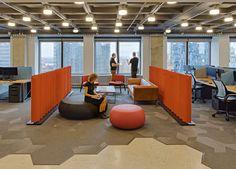 הרצפה עשויה מתערובת אגרגטים ומחופה בחלקה בשטיח בצורת מעוינים שגווניו משתנים. עמדות העבודה הוכנו מבוצ'ר בהזמנה מיוחדת (צילום: liam frederick)