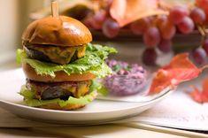 Svatomartinský kachní burger s cheddarem, praženou pancettou a domácí cibulovou marmeládou v Café Louvre Restaurant Guide, Hamburger, Ethnic Recipes, Food, Fine Dining, Hamburgers, Meals, Yemek, Burgers