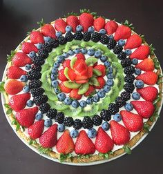 Fruit and Cream Cookie Pizza Recipe is a sugar cookie crust topped with a cream cheese-whipped cream filling, and topped with fresh fruit. Fruit and Cream Cookie Pizza is always the star of the show Fruit Recipes, Pizza Recipes, Dessert Recipes, Cooking Recipes, Cookie Pizza, Cookie Crust, Tolle Desserts, Just Desserts, Fruit Platter Designs