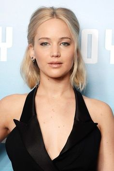 Jennifer Lawrence's half up half down look is a fun way to style short hair // blonde beauty
