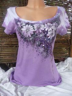 Náruč kopretinek,dámské triko Ručně malované a batikované dámské triko skrátkým rukávem. Francouzká zn. SoĽs(melrose) Barva: fialová+ malba Barvy na textil jsou zafixovány. Praní na 30°