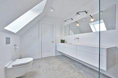 Til to helt nyistandsatte badeværelser på Rungstedvej i Aarhus C har vi leveret og monteret store klare brusevægge og spejle. Brusevæggene består begge af 10 mm. diamantglas, som er ekstra klart glas. Dette særlige glas gør, at selv store brusevægge… Attic Storage, Bedroom Layouts, Bathroom Inspiration, Bathroom Ideas, Aarhus, Double Vanity, Bathtub, Toilet Ideas, Decor