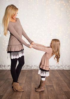 Mamá e hija siempre a la moda.