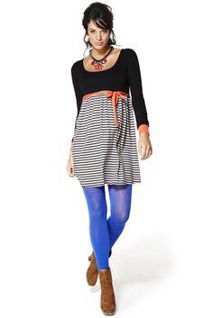 Ropa premama: Vestido corto en viscosa elastano, cuello redondo. Cuerpo en negro, detalle de puños y cinturón en coral y falda en rayas tricolor.