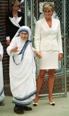 1997 Diana met with Mother Theresa in New York in a simple white suit and cap-toed pumps. 1997 Diana met with Mother Theresa in New York in a simple white suit and cap-toed pumps. Lady Diana Spencer, Good Woman, Princesa Diana, Diane, Robin Williams, Princess Of Wales, Princess Diana Photos, Iconic Women, Kate Middleton