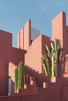 """La Muralla Roja, by Ricardo Bofill (1973), is a very iconic piece of Mediterranean architecture, with clear Arabic influences. It's located in Calpe, Spain, and it's a paradise for photographers and architecture lovers."""