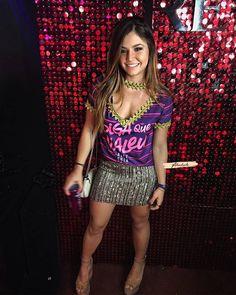 ❤️ Vocês arrasam na criatividade 📷 FOTO INSPIRAÇÃO 👕 NÃO CUSTOMIZAMOS . . . . . . . . . . . . . #abadascustomizados #carnaval #abada… Brazil Party, Diy Camisa, Cut Shirts, Diy Arts And Crafts, Upcycle, Sequin Skirt, Pajamas, Bodycon Dress, Punk