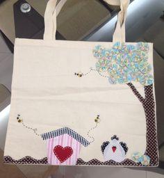 Sacola de tecido cru com aplicação de tecido e fuxico.http://www.vivartesanato.com.br/2015/01/sacola-e-bolsas-carteiras-que-eu-fiz.html