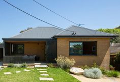Christopher Polly Architect have recently completed a modern black rear extension to an original yellow brick house in Sydney, Australia. S Brick, Brick Facade, Facade House, Bungalow, 1960s House Renovation, Yellow Brick Houses, Journal Du Design, Rear Extension, Brick Extension