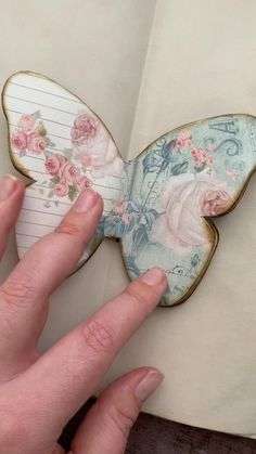 Create your own junk journal insert with these pretty shabby butterflies on vintage-style collage backgrounds. Handmade Journals, Handmade Books, Handmade Rugs, Handmade Crafts, Junk Journal, Journal Cards, Mini Scrapbook Albums, Mini Albums, Borboleta Diy
