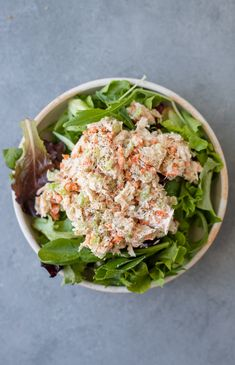 A Healthy Tuna Salad Without Mayo Recipe that is super easy to make with greek yogurt. High protein, gluten free and delicious! Lunch Meal Prep, Healthy Meal Prep, Healthy Cooking, Healthy Eating, Healthy Detox, Healthy Nutrition, Healthy Tuna Salad, Healthy Salad Recipes, Healthy Snacks