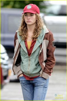 Closer look at Casey Newtons clothes in Tomorrowland. Britt Robertson plays the rebellious and optimistic teen.