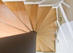 Scala a chiocciola quadrata / con gradini in legno / struttura in metallo / senza alzata Novum