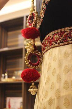 Pinterest :@achyi Saree Tassels Designs, Saree Blouse Designs, Thread Bangles, Thread Jewellery, Diy Tassel, Tassel Jewelry, Rakhi Design, Deco Luminaire, Indian Accessories