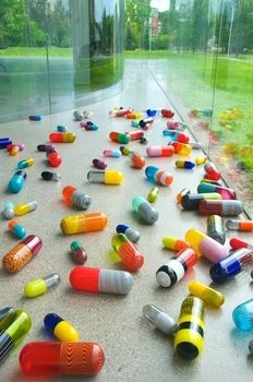 Beverly Fishman, Pill Spill (2011). 120 blown-‐glass elements. Toledo Museum of Art, Glass Pavilion, Toledo, OH