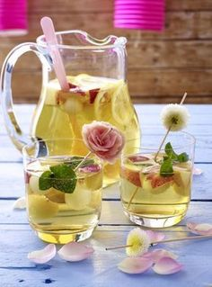 Our popular recipe for white sangria and more than other free recipes on LECKER. Our popular recipe for white sangria and more than other free recipes on LECKER. Easy Smoothie Recipes, Sangria Recipes, Smoothie Bol, Smoothies, Summer Cocktails, Cocktail Drinks, Non Alcoholic Drinks, Slushies, Refreshing Drinks