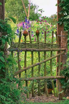 Natürlicher Charme: Ein Holzzaun für den Garten Scrap wood from the tree or shrub is often too good for shredding! If you want to have an individual garden gate or fence element, this can be ea Garden Fencing, Garden Landscaping, Garden Shrubs, Sun Garden, Terrace Garden, Shade Garden, Garden Cottage, Wooden Fence, Garden Structures
