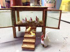 Hay pollito naciendo de un huevo. Hecho por Olga