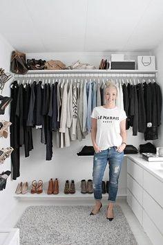 ショップのように、整然と。  服の色を揃えて収納、等間隔に並べた靴。 ゆとりがある見やすい収納ですね。