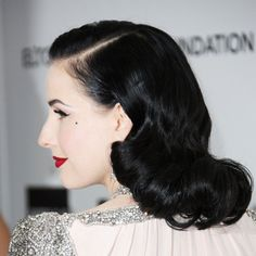 Dita von Teese: Her hair is always so immaculate, shiny and pefect, and her retro/vintage styles are always just so, not a hair out of place. Dita Von Teese, 1940s Hairstyles, Cool Hairstyles, Classic Hairstyles, Natural Hairstyles, 1930s Hair, Retro Updo, Pin Up, Vintage Wedding Hair
