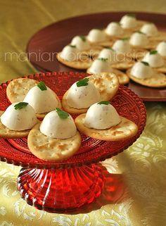La mousse di ricotta e prosciutto servita su piccoli crackers costituisce un ottimo spunto per un aperitivo fingerfood. Scopri la ricetta cliccando sul link